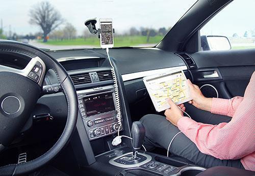 StarTech.com Caricabatteria da auto a doppia porta USB con cavo Lightning incorporato - Bianco - 2