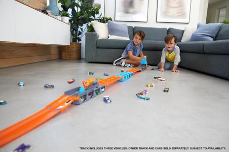 Hot Wheels 2in1 Camion Trasportatore e Pista con 3 Macchinine,Giocattolo per Bambini 4+Anni. Mattel (GVG37) - 5